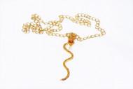 Goldene Halskette mit Schlange