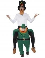 Mann auf Rücken von Kobold St. Patrick