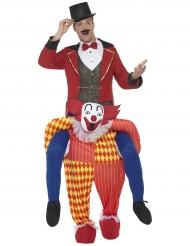 Mann auf Rücken von Clown Kostüm