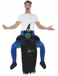 Mann auf Rücken von Hexe Halloweenkostüm