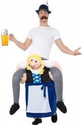 Mann auf Rücken von Bayerin Oktoberfest-Kostüm